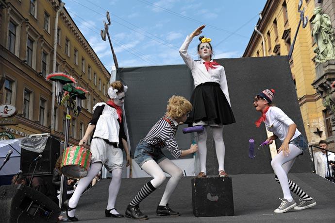 Выступление актеров театра Лицедеи на Невском в день города