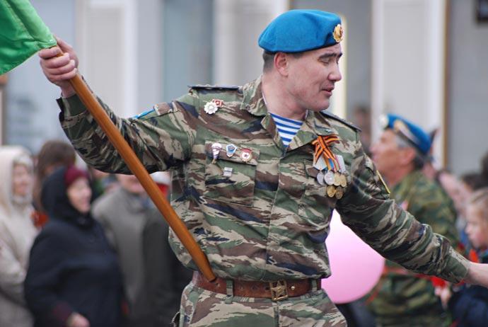 9 мая 2007 - Солдат-десантник с Георгиевской лентой акции Я помню, я горжусь