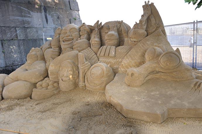Скульптура из песка - мультипликационные герои