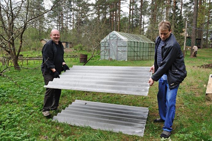 И переносить вдвоем куда проще,  восьмиволновый лист шифера весит 26 кг