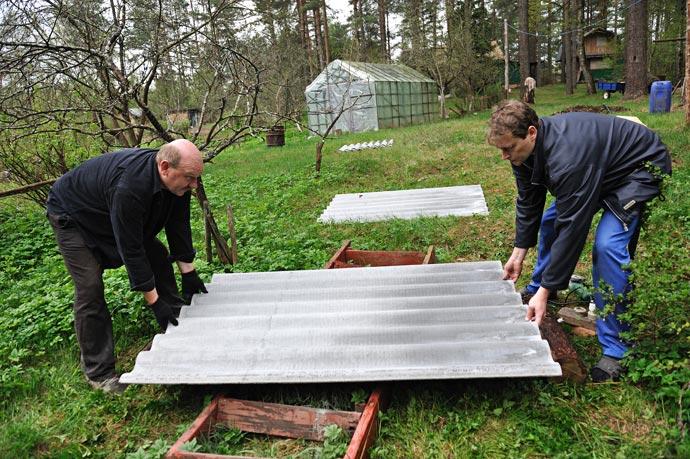 Укладываем лист шифера на специально подготовленные мостки из досок
