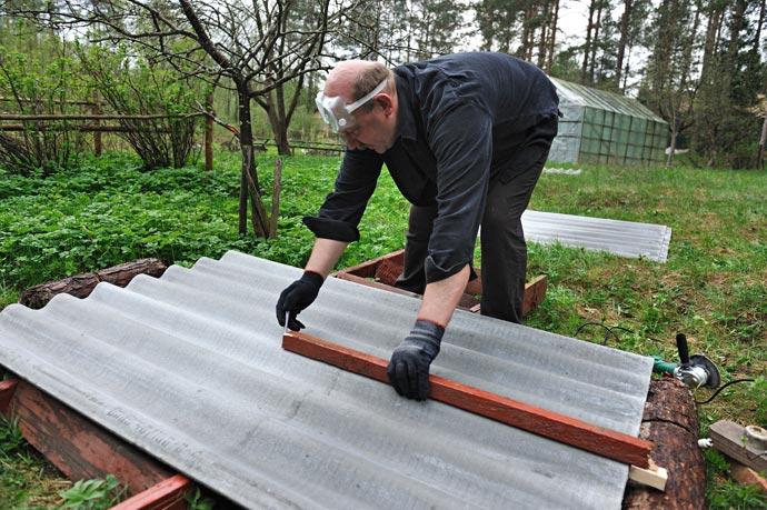 Для разметки листа шифера воспользуемся специальным инструментом, изготовленным из деревянного бруска нужной длины с упором