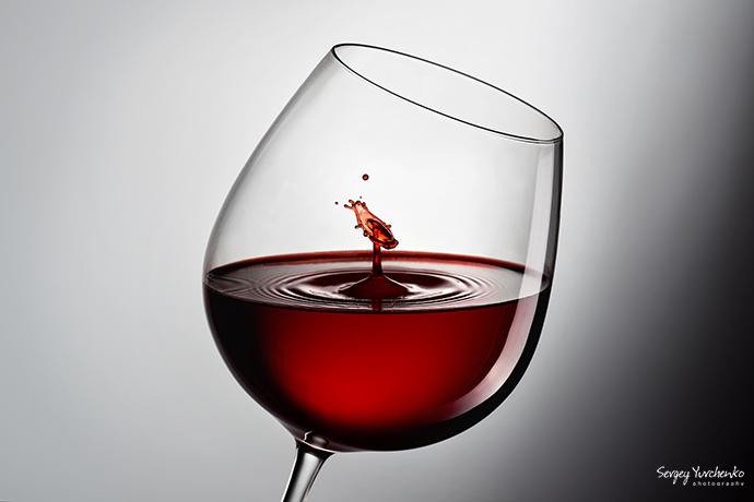 Предметная съемка, рекламная - бокал вина с эффектом падающих капель