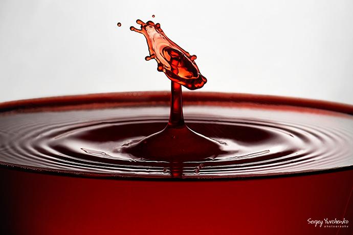 Предметная фотосъёмка - бокал вина с эффектом падающих капель (фрагмент)