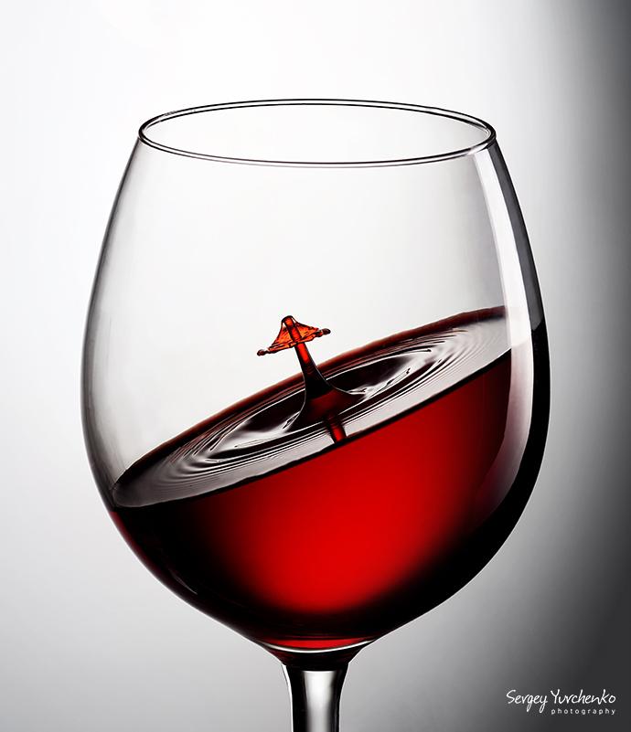 Предметная фотосъёмка - бокал вина со splash эффектом