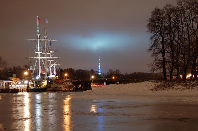Вечерний Петербург зимой. Парусники-рестораны