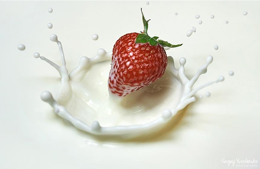 Предметная фотография - клубника в молоке