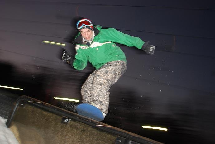 Сноубордист на рейле